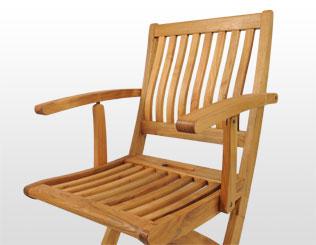 Dos sillas con respaldo alto y dos sillas con respaldo bajo
